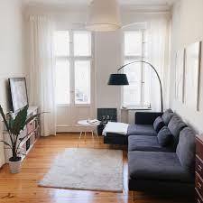 modernes wohnzimmer in schönen altbauwohnung in berlin