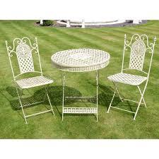 de jardin ronde avec deux chaises pliantes en fer forgé
