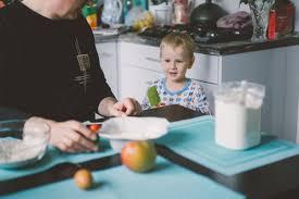 cuisine de maman garçon enfant avec maman cuisine dans la tourte de cuisine