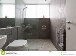 moderner weg in der dusche mit vollen höhenfliesen des