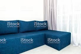 moderne wohnzimmersofa mit fenster jalousien vorhänge und nahaufnahme minimalistischen blaue holzboden in kleine wohnung studio