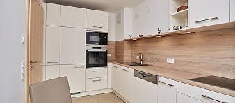 brigitte musterküche matt weiße küche mit holz mit esstisch