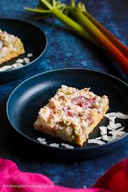 rhabarberkuchen mit kokos baiser frühlingskuchen vom blech