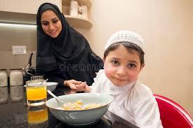 cuisine maman famille arabe de la maman et du fils prenant le petit déjeuner