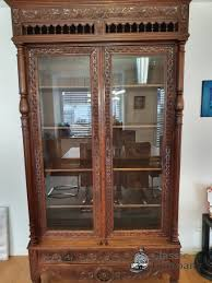 antiker esszimmerschrank echtholz geschliffenes glas in