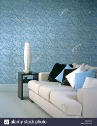 blasse graue sofa mit blauen schwarzen und weißen kissen im