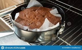 frisch gebackener kuchen im schwarzen für das backen in