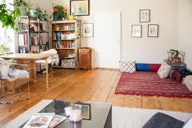 buntes wohnzimmer mit kuscheliger sitzecke in wien