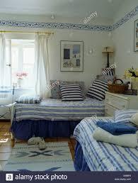 blau weiß gestreiften kissen und bettdecke auf