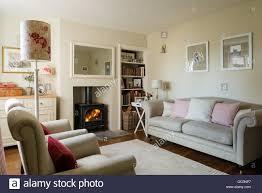 gemütliche hütte wohnzimmer mit holzofen und leinen