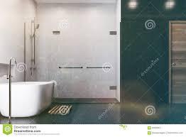weißes badezimmer schwarze fliesen duschseite getont stock