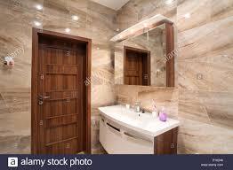badezimmer im luxus haus mit bad und möbel stockfotografie