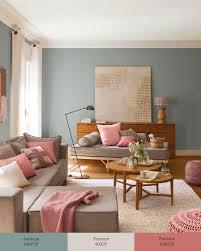 chaises color es salón con sofá y chaise longue decorado en verde greige y rosa