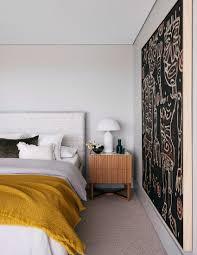 ethno kunst im schlichten schlafzimmer bild kaufen