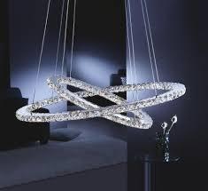 extravagante hängeleuchte mit glitzernden kristallsteinen