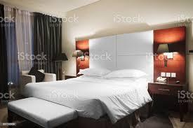 luxus modernen stil schlafzimmer in rosa und warmen tönen rote holzinterieur ein hotelzimmer in der abendbeleuchtung stockfoto und mehr bilder