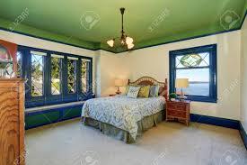 entzückende antikes schlafzimmer interieur mit grüner decke und blau vintage glasfenster