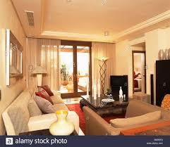 cremefarbene sofas im modernen spanischen wohnzimmer mit