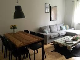 schöne wohnzimmereinrichtung mit hölzernem esstisch und