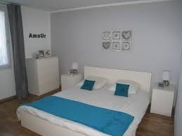 chambre grise et notre chambre avec un mur gris et linge de lit bleu canard photo