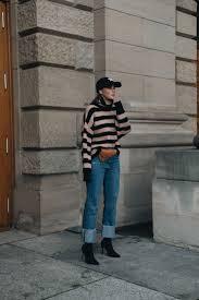Outfit Adidas Base Cap Strickpullover Mit Streifen Dior Saddle Belt Bag Und Sock Boots