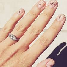 The Gorgeous Emily Weiss Intothegloss Shows Off Her Beautiful Marquise Cut Engagement Ring And Those Nails Monday Inspiration Bride Bridetobe