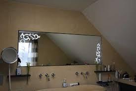 dieser schöne badezimmerspiegel mit gesandstrahlten ornamenten ist mit led s hinterleuchtet
