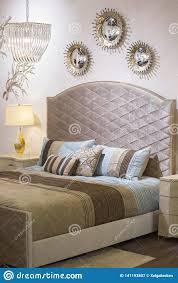 modernes modernes schlafzimmer bett leuchter spiegel auf
