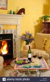 gelber wohnzimmer kamin stockfotos und bilder kaufen alamy