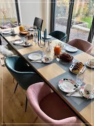 gedeckte tafel für 10 personen am massivholztisch aus eiche