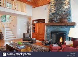 treppe zum wohnzimmer des hauses mit kamin mayne island