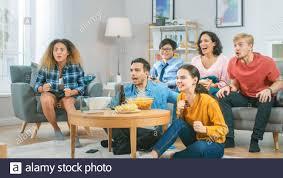 im wohnzimmer diverse gruppe freunden auf sport spiel im