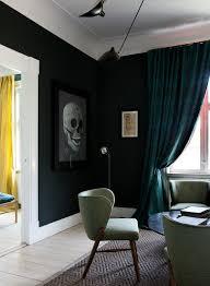 retro sessel im wohnzimmer mit schwarzer buy image