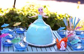 eiskönigin mit elsa torte und bunten grissini