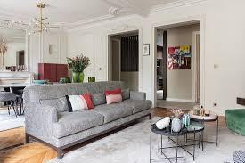 moderne möbel im wohnzimmer mit stuck an bild kaufen