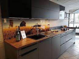 siena in achatgrau mit nussbaum moderne zweizeilige küche mit kleinem tresen
