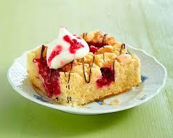 joghurt grieß kuchen vom blech mit erdbeeren und himbeeren