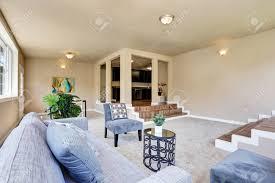 hallwayinnere in beige wände wohnzimmer mit modernen blauen sofa und sessel northwest usa