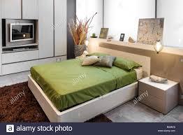 modernes schlafzimmer design mit hohen doppelbett mit