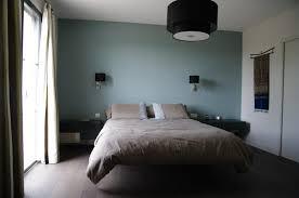 chambre gris noir et blanc mur de poirier vert et peinture au plafond dessins en noir blanc