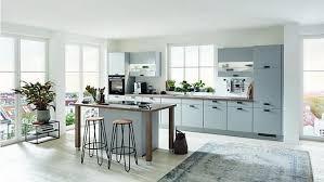 rustikale steingraue küche mit kochinsel stilvolle zweizeilige graue küche mit geräten