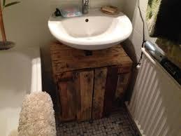 badschrank aus paletten fertigstellung palettenbett und