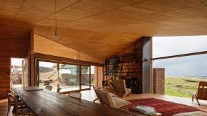 moderne wohnzimmer holz mit kamin und bücherregalen als