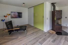 wohnzimmerschrank mit weisser und grüner schiebetüre auf zu