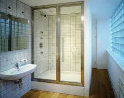 badezimmer mit geschlossener duschkabine bild kaufen