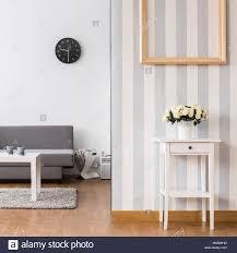 stilvolles wohnzimmer mit sofa und einem kleinen tisch