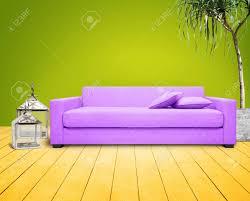 wohnzimmer mit grüne wand und lila
