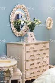 ovaler spiegel im schönen retrostil kommode in mädchen schlafzimmer stockfoto und mehr bilder antiquität