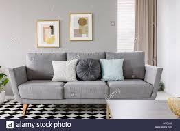 real photo einem grauen sofa mit schwarzen und weißen