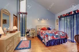 rot und blau unter der gewölbten decke schlafzimmer im amerikanischen stil mit waschbeckenunterschrank und spiegel hochbett mit bunter bettwäsche und